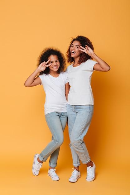 Pełny Długość Portret Dwa Szczęśliwych Afrykańskich Siostr Stać Darmowe Zdjęcia