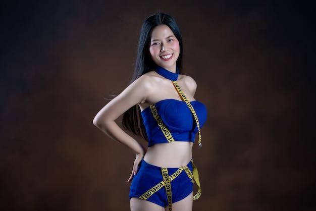 Pełny długość portret szczęśliwa ładna dziewczyna w błękit sukni tanu Darmowe Zdjęcia