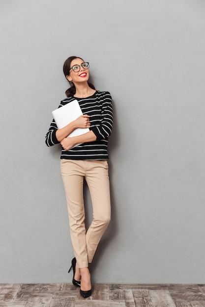 Pełny Długość Portret Szczęśliwy Bizneswoman Darmowe Zdjęcia