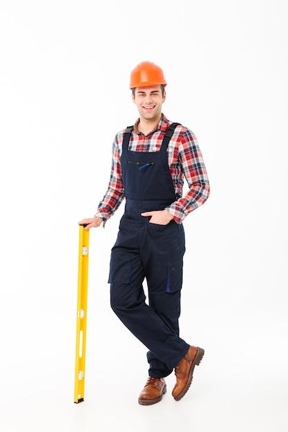 Pełny Długość Portret Uśmiechnięty Młody Męski Budowniczy Darmowe Zdjęcia
