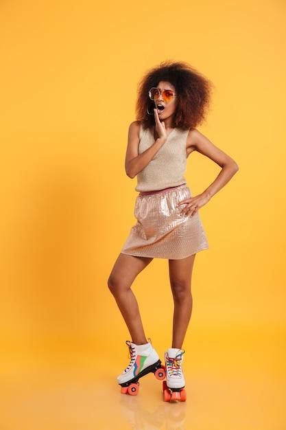 Pełny Długość Portret Zszokowana Afro Amerykańska Kobieta Darmowe Zdjęcia