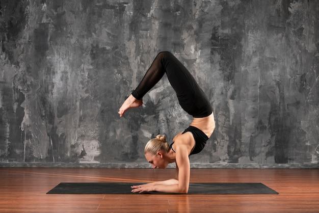 Pełny strzał elastyczna kobieta ćwiczeń Darmowe Zdjęcia