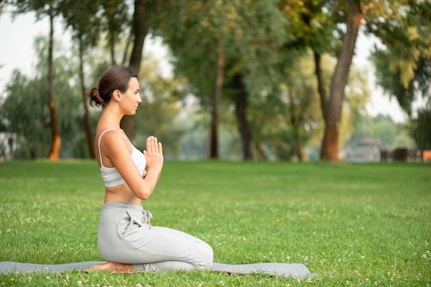 Pełny strzał kobieta ćwiczy joga na macie Darmowe Zdjęcia