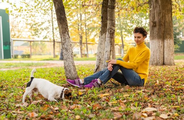 Pełny strzał kobieta z psem w parku Darmowe Zdjęcia