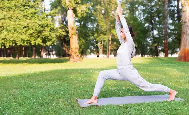 Pełny strzał kobiety rozciąganie na joga macie Darmowe Zdjęcia