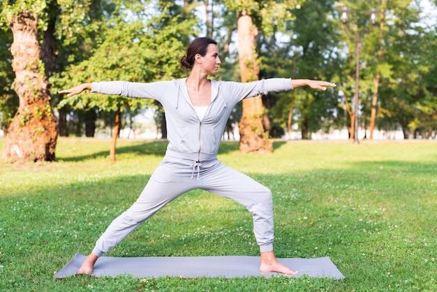 Pełny strzał kobiety szkolenie na macie do jogi Darmowe Zdjęcia
