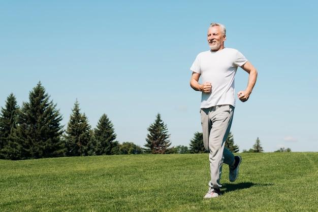 Pełny strzał mężczyzna biega w naturze Darmowe Zdjęcia