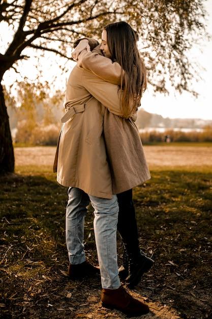 Pełny Strzał Para Przytulanie Na Zewnątrz Darmowe Zdjęcia