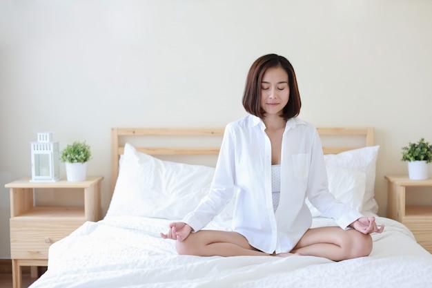 Pełny strzał piękna zdrowa azjatykcia kobieta w białej koszula Premium Zdjęcia
