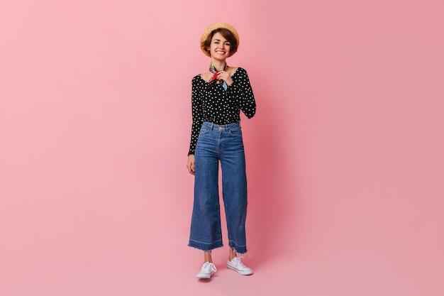 Pełny Widok Długości Uroczej Kobiety W Dżinsach Vintage Darmowe Zdjęcia