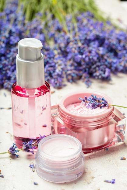 Perfumy Kobiety W Piękne Butelki I Kwiaty Lawendy Premium Zdjęcia