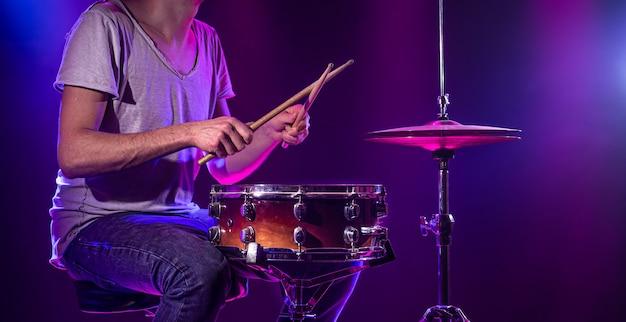 Perkusista Gra Na Perkusji Darmowe Zdjęcia