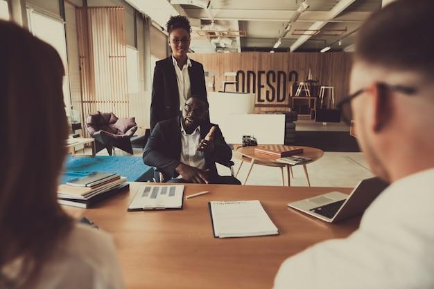 Personal recruiters interview disabled employee. Premium Zdjęcia