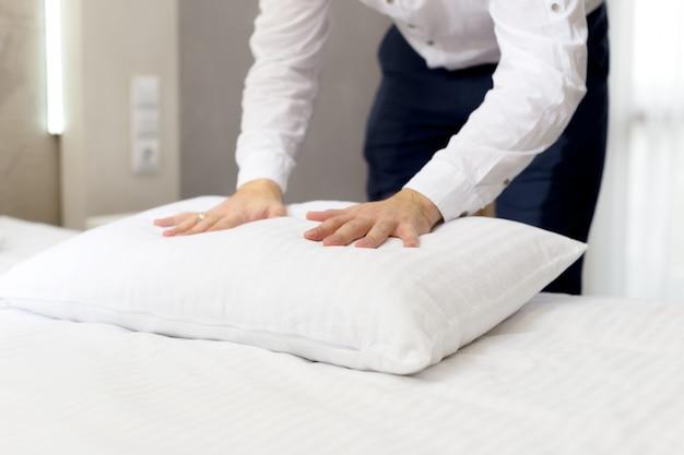 Personel Hotelu Zakładający Poduszkę Na łóżku Premium Zdjęcia