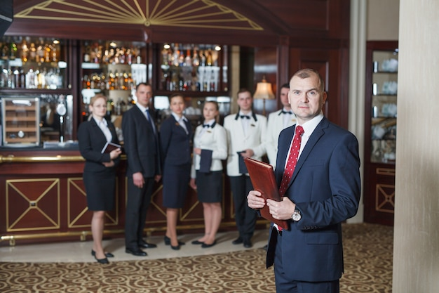 Personel informacyjny w hotelu i restauracji. Premium Zdjęcia