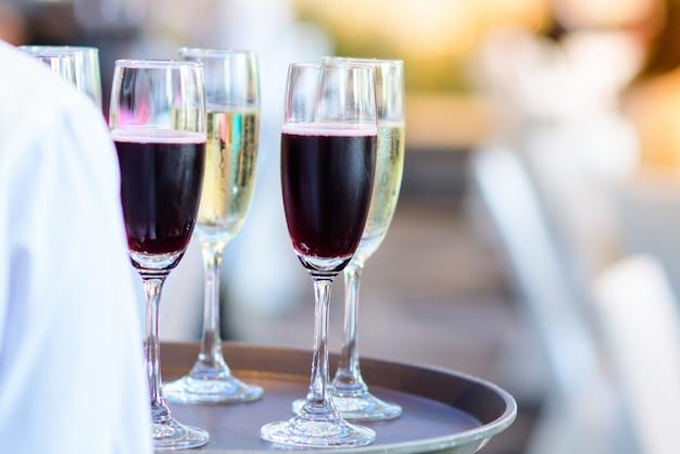 Personel restauracji trzyma kieliszek wina gotowy do podania na przyjęciu Premium Zdjęcia