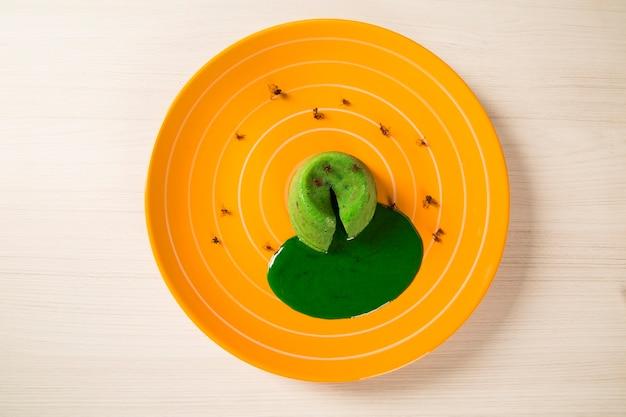 Petit Gateau Z Zieloną Mrówką Sava. Premium Zdjęcia