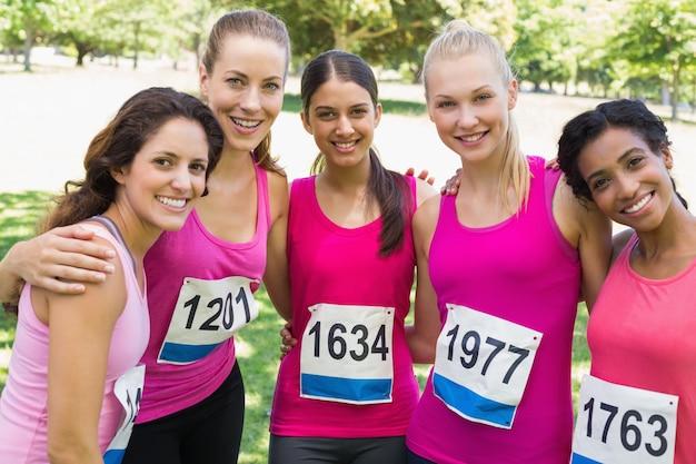 Pewni uczestnicy kobiet maraton raka piersi Premium Zdjęcia