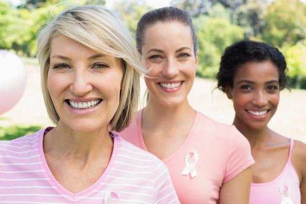 Pewni wolontariusze biorący udział w świadomości raka piersi Premium Zdjęcia