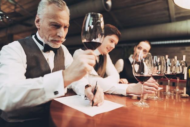 Pewnie Sommelier Degustuje Wino W Restauracji. Premium Zdjęcia