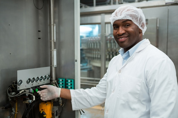 Pewny Siebie Pracownik Obsługujący Maszynę W Fabryce Soków Darmowe Zdjęcia