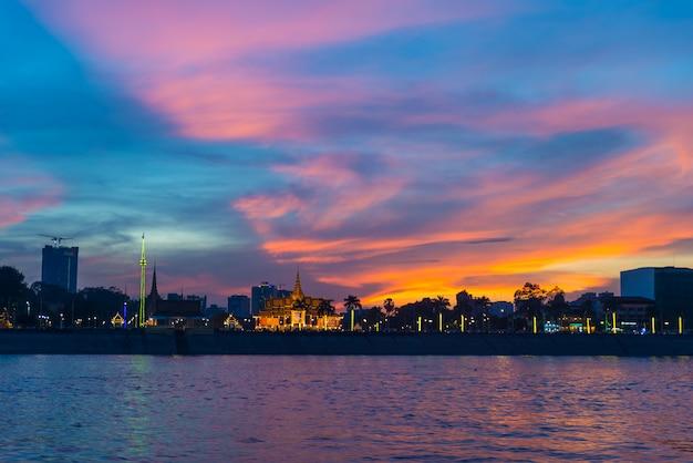 Phnom penh skyline o zachodzie słońca stolicy królestwa kambodży, panorama sylwetka widok z rzeki mekong, cel podróży, dramatyczne niebo Premium Zdjęcia