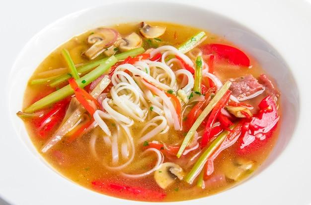 Pho Bo, Wietnamska Zupa Z Makaronem Ryżowym, Wołowiną I Grzybami Darmowe Zdjęcia