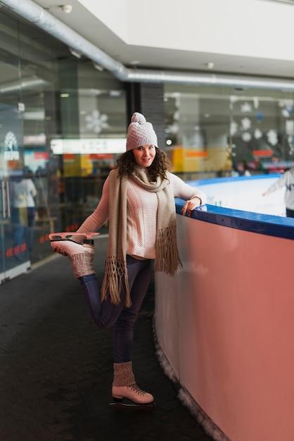 Piękna kobieta pozuje blisko łyżwiarskiego lodowiska Darmowe Zdjęcia