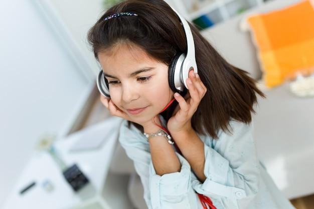 Piękne dziecko słuchania muzyki i tańca w domu. Darmowe Zdjęcia