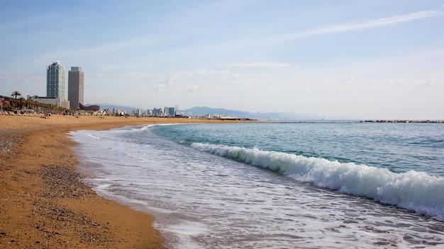 Piaszczysta Plaża W Badalona Katalonia, Hiszpania Premium Zdjęcia