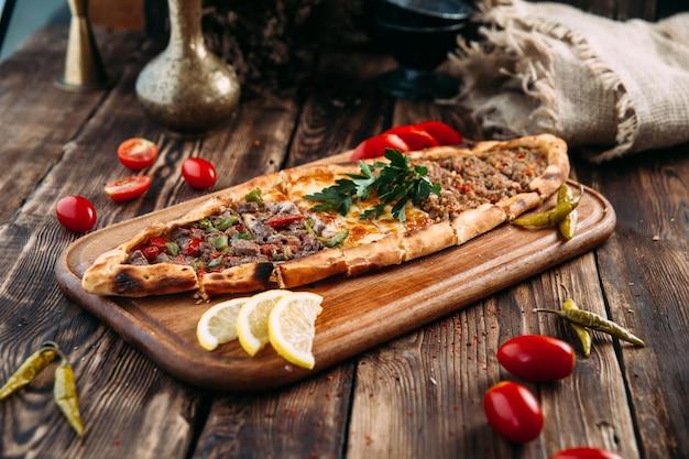 Pide Turecki Chleb Płaski Z Mielonym Mięsem Premium Zdjęcia