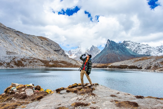 Pięć Kolorów Jezioro Przy Doacheng Yading Parkiem Narodowym, Sichuan, Chiny. Ostatni Shangri-la Premium Zdjęcia