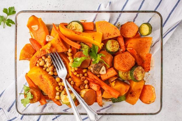 Piec Warzywa Z Chickpeas W Szklanym Naczyniu, Odgórny Widok. Premium Zdjęcia