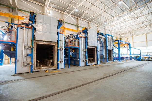 Piece metalowe w dużej fabryce. Darmowe Zdjęcia