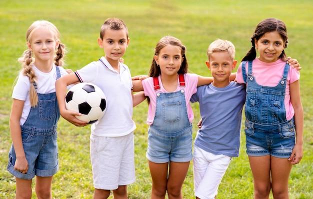 Pięcioro dzieci razem pozuje do zdjęcia Darmowe Zdjęcia