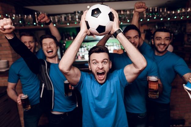 Pięciu Fanów Piłki Nożnej Pije Piwo świętuje W Barze. Premium Zdjęcia