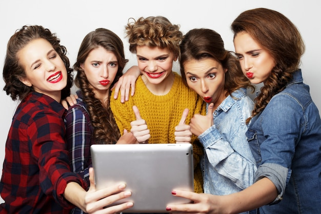 Pięciu Przyjaciół Hipster Dziewczyny Przy Selfie Z Cyfrowego Tabletu Premium Zdjęcia