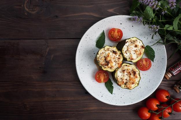 Pieczone Filety Z Cukinii Z Mielonym Kurczakiem I Warzywami Premium Zdjęcia