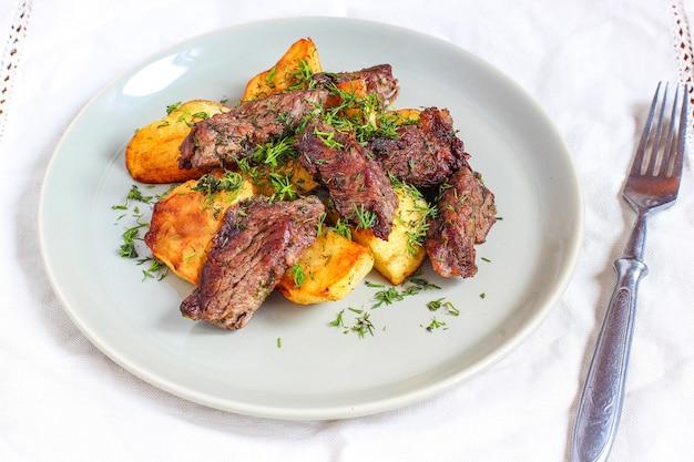 Pieczone mięso i smażone ziemniaki z sosem keczup i majonezem Premium Zdjęcia