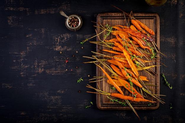 Pieczone Organiczne Marchewki Z Tymiankiem, Miodem I Cytryną Darmowe Zdjęcia