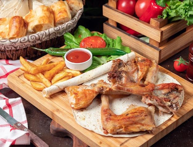 Pieczone Skrzydełka Kurczaka Z Frytkami W Lavash Z Warzywami I Keczupem Na Desce Darmowe Zdjęcia