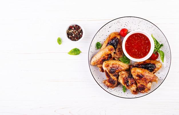 Pieczone Skrzydełka Z Kurczaka W Stylu Azjatyckim I Sosem Pomidorowym Na Talerzu Darmowe Zdjęcia