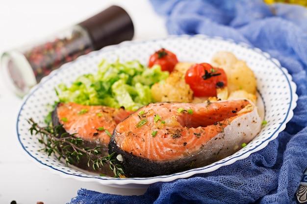 Pieczony Stek Z łososia Z Kalafiorem, Pomidorami I Ziołami. Odpowiednie Odżywianie. Premium Zdjęcia
