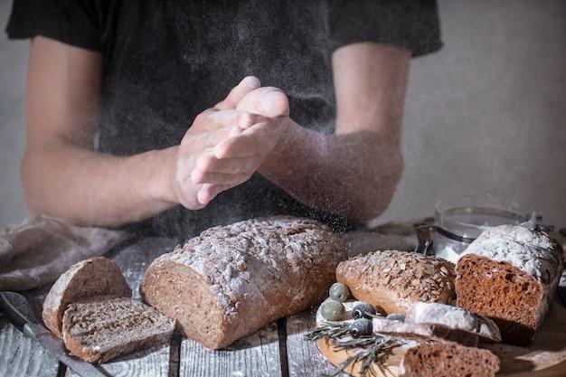 Piekarz Z Mąką W Dłoni Darmowe Zdjęcia