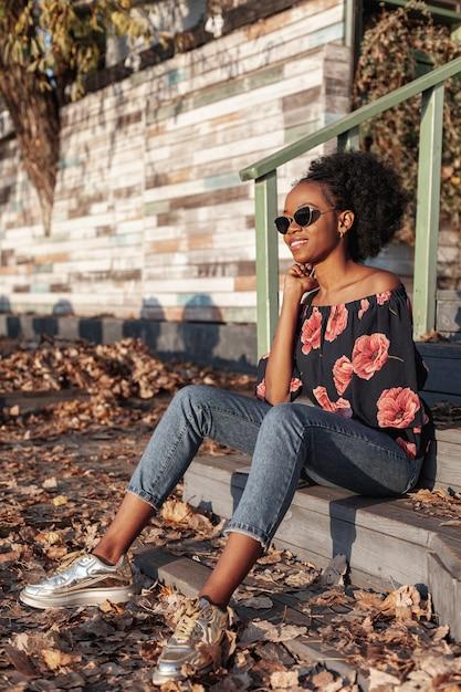 Piękna Afrykańska Kobieta Patrzeje Daleko Od Darmowe Zdjęcia