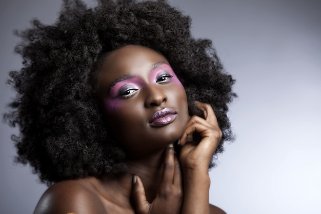 Piękna Afrykańska Kobieta Z Dużym Kręconym Afro I Kwiatami We Włosach Darmowe Zdjęcia