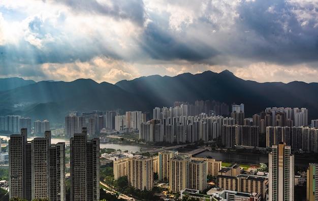 Piękna Antena Obszaru Budynków Mieszkalnych W Mieście Z Niesamowitymi Chmurami I światłem Słonecznym Darmowe Zdjęcia