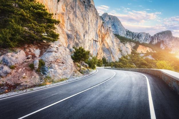 Piękna asfaltowa droga w jesieni. Premium Zdjęcia