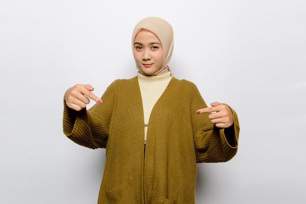 Piękna Azjatycka Kobieta Na Białym Tle Premium Zdjęcia