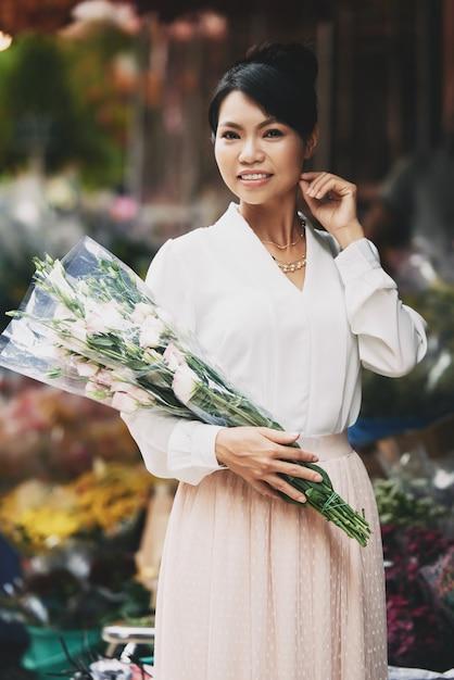 Piękna Azjatycka Kobieta Pozuje Z Wielkim Bukietem W Kwiatu Sklepie Darmowe Zdjęcia